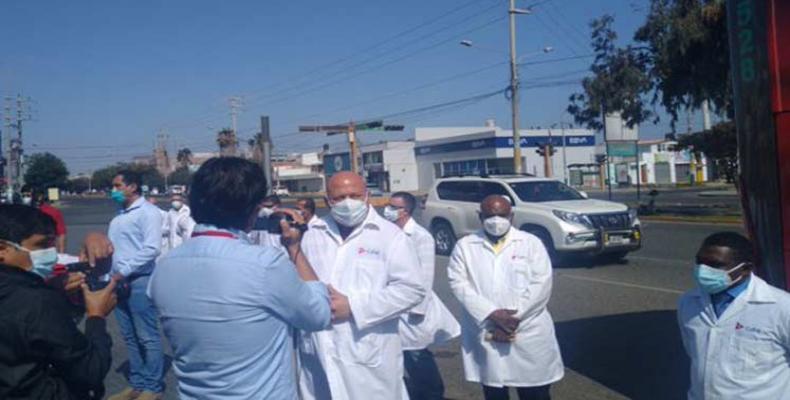 Los 85 médicos y enfermeros cubanos llegados a Perú realizarán este lunes coordinaciones y otros preparativos de su labor. Foto: Prensa Latina.