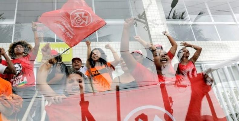 """Members of Homeless Workers Movement (MTST) shout slogans as they leave the beachside apartment """"Solaris"""" in Guaruja, Brazil April 16, 2018.  Photo: R"""