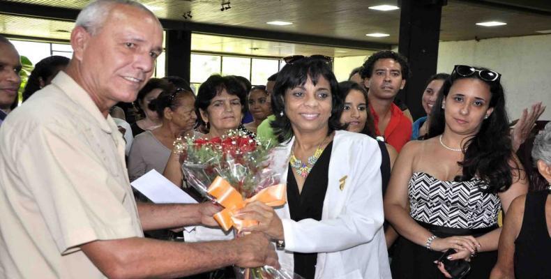 El diputado Antonio Hernández hizo entrega de la misiva a la directora de Radio Reloj