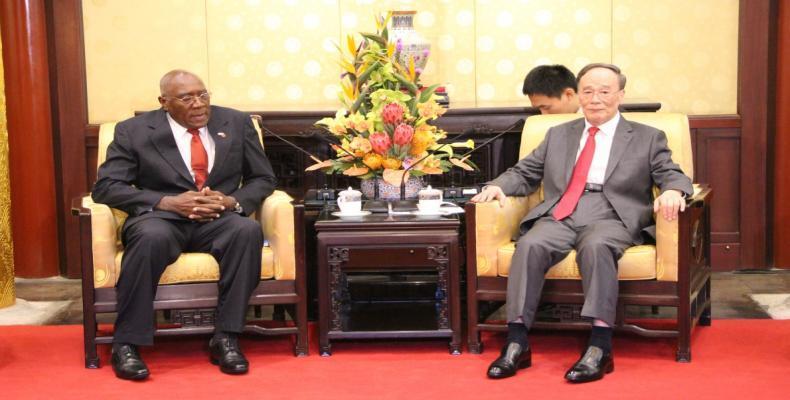 Valdés Mesa (I) dialogó en Beijing con el vicepresidente chino Wang Qishan (D). Fotos de la delegación cubana