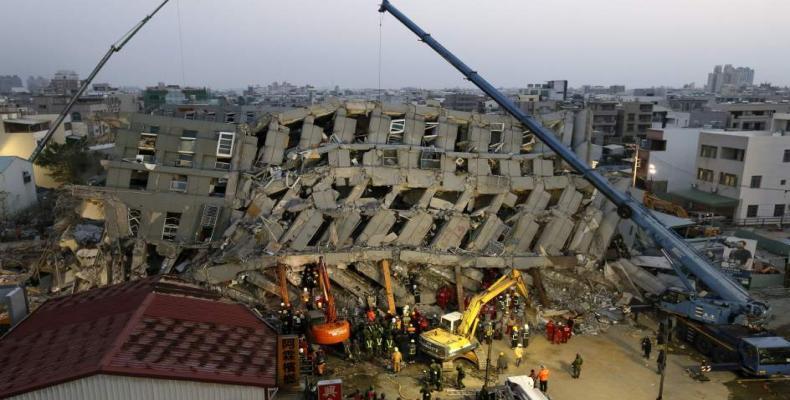 Un edificio sufre las consecuencias del fuerte  terremoto de magnitud 6,4 que tuvo lugar en Taiwán. (EFE)
