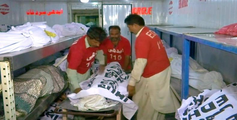 Heat wave in Pakistan kills 65.  Photo: AP