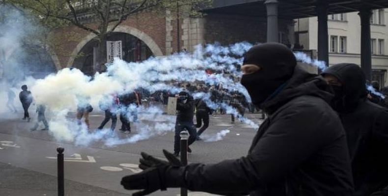 Un grupo de personas se enfrenta a la policía durante una manifestación contra la reforma laboral en París (Foto/EFE)