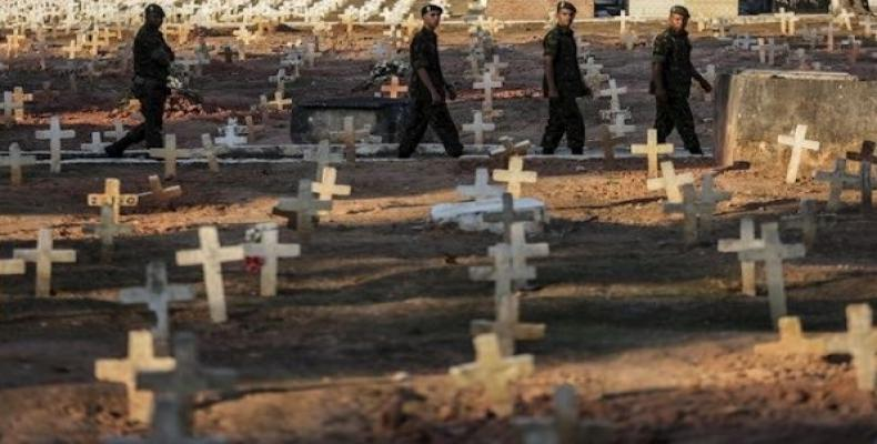 Brazilian security forces cross a cemetery in poor neighborhood.  (Photo: EFE)