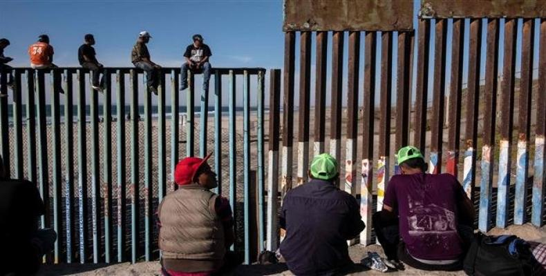 A group of migrants from poor Central American countries are seen near the US border in Tijuana, Mexico, on November 13, 2018.  Photo: AFP