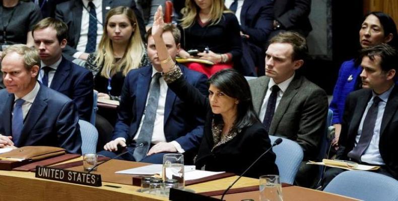 La embajadora estadounidense ante Naciones Unidas, Nikki Haley, alza la mano para vetar la resolución. Foto: EFE