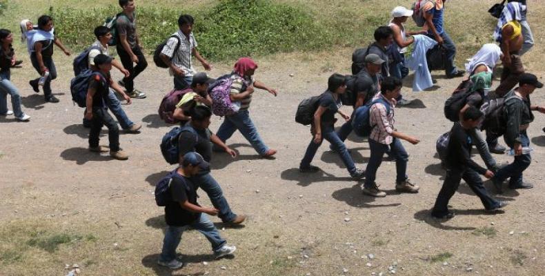 Decenas de migrantes irregulares, en su mayoría africanos y haitianos, bloquearon la carretera en el puesto fronterizo de Peñas Blancas, entre Costa Rica y Nica