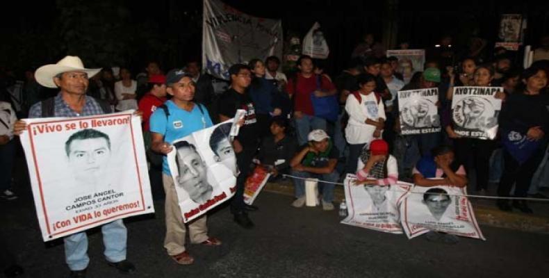 Los padres de los 43 normalistas desaparecidos hace más de un año en la localidad de Iguala, en el estado de Guerrero, se reúnen con las autoridades de la Procu