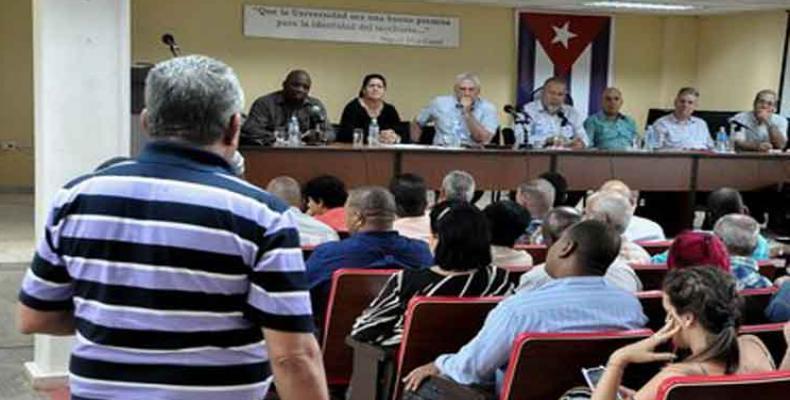 Miguel Díaz-Canel s'est réuni avec des professeurs et des étudiants de l'université d'Artemisa.