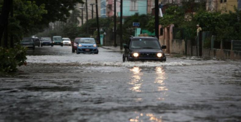 El lento avance hacia el noroeste de una amplia zona de bajas presiones por el mar Caribe occidental incrementará la probabilidad de lluvias en el occidente y c