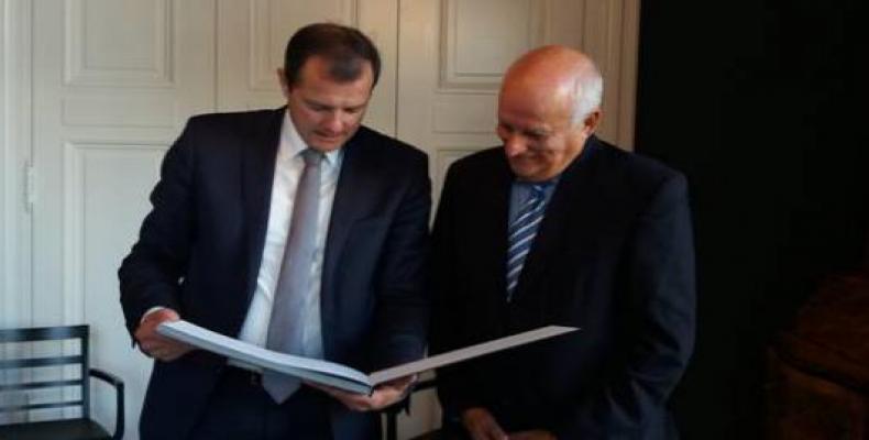 El parlamentario alemán Oliver Grundmann, y el Embajador cubano Ramón Ripoll sostuvieron un encuentro en la sede del Parlamento Federal.Foto:Cubaminrex.