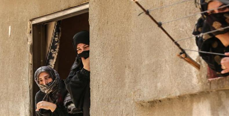 Palestinian women waiting for humanitarian aid.  Photo: AFP