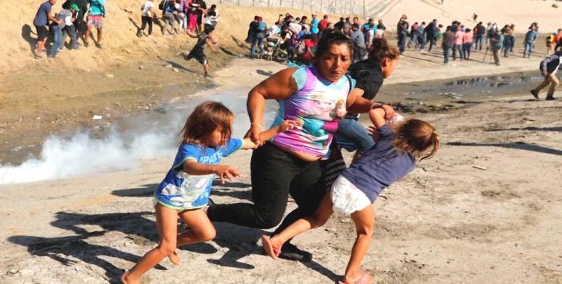 Honduran woman tear-gassed by U.S. forces applies for asylum.   Photo: Kim Kyung-Hoon / Reuters