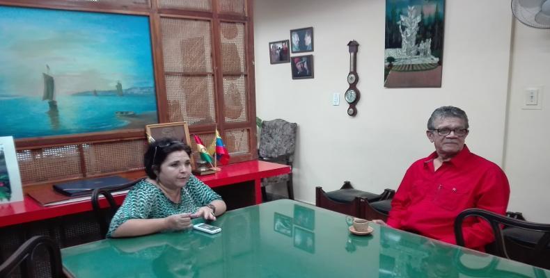 Earle Herrera conversa con la directora de Radio Habana Cuba, Tania Hernández.(Foto:Roberto Bastidas)