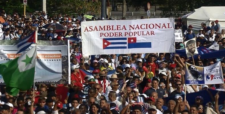 Ankaŭ la esperanta flago ĉeestis la laboristan feston. Foto: Alejandro García