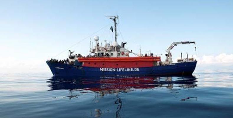 Barco de la ONG Lifeline espera frenta a las costas de Malta con inmigrantes a bordo./Imagen:Telesur