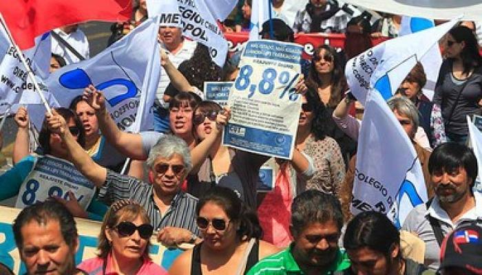 Miles de trabajadores marcharon en la capital de Chile y se sumaron al paro nacional en demanda de una reforma que reconozca la titularidad sindical,