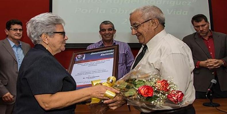 Gladys Bejerano, vicepresidenta del Consejo de Estado y Contralora General de la República, entregó el lauro en Auditoría a Eusebio Espinosa. Foto: ACN