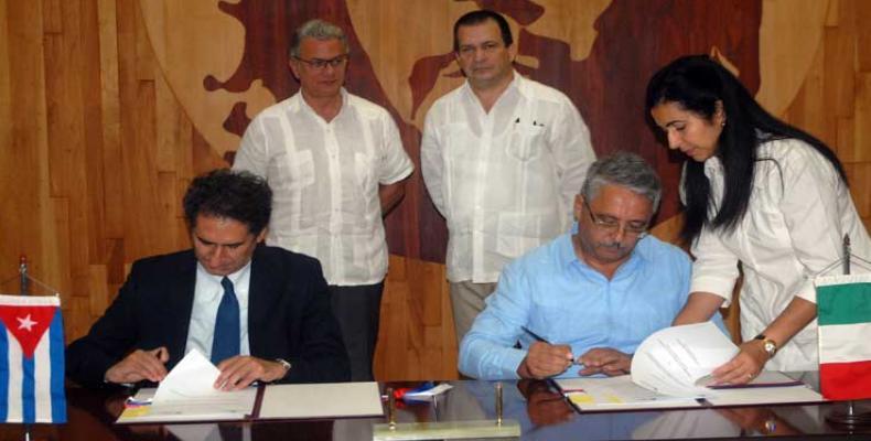 La Camera (I) y Guerra (D) patentizan el buen estado de la colaboración bilateral. Foto: PL
