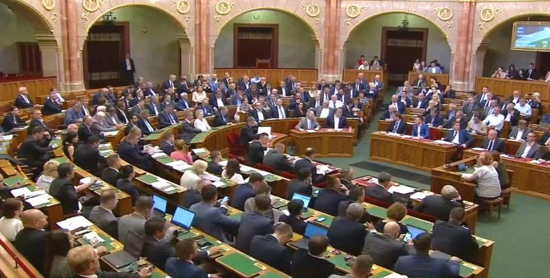 Hungarian parliament approves law to criminalize helping migrants.  Photo: AFP