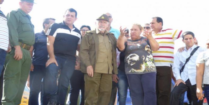 Ramiro Valdés pudo constatar el proceso de funcidión de los sellos de nivelación de las bases de los aerogeneradores.Foto:Granma