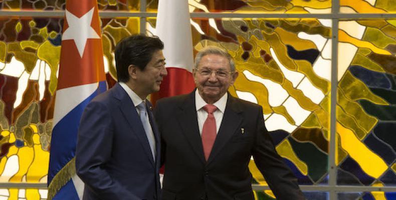 El General de Ejército Raúl Castro Ruz, Presidente de los Consejos de Estado y de Ministros, recibió al excelentísimo señor Shinzo Abe, Primer Ministro de Japó