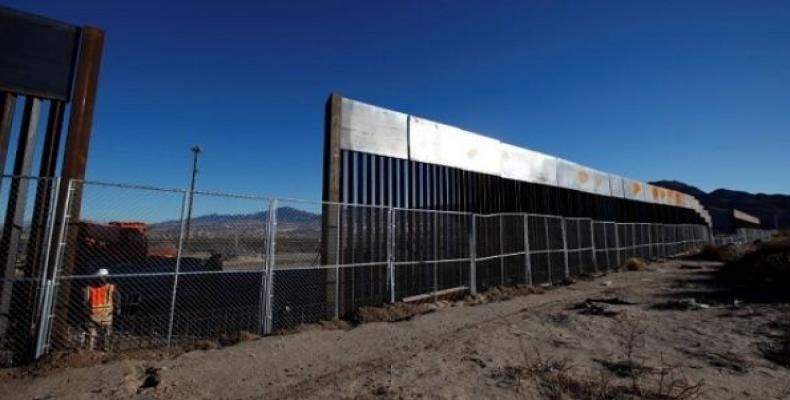 Construction crews build new wall at El Paso-Juarez on U.S. border with Mexico.  Photo: Press TV