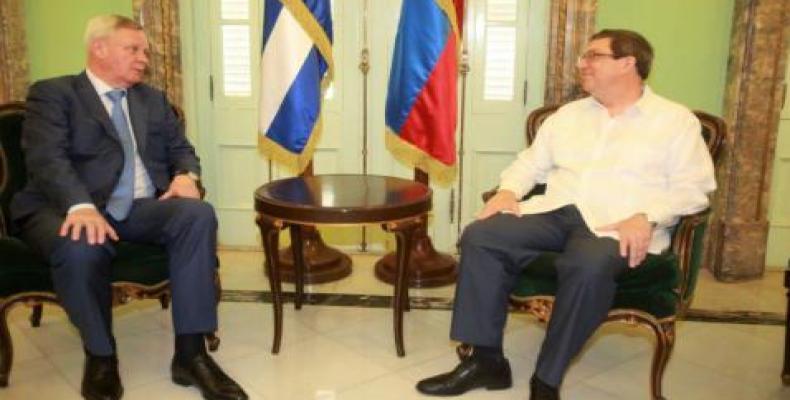 Rodríguez (D) dialoga con Titov (I) en la sede de la Cancillería cubana. Foto: Cubaminrex