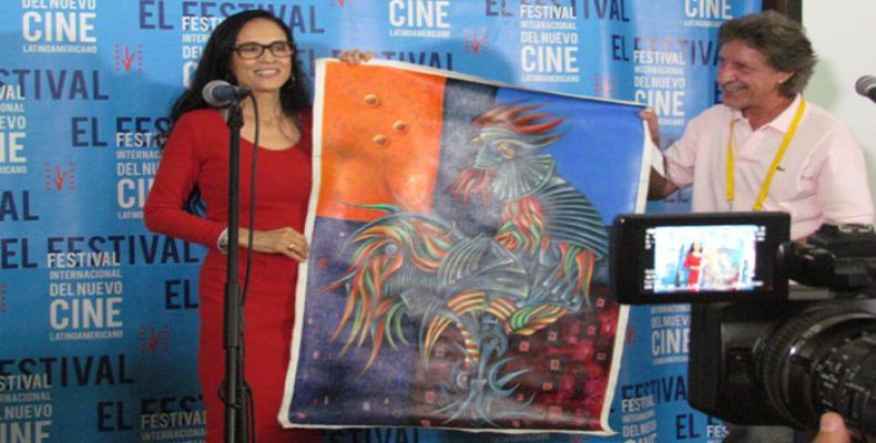 Sonia Braga recibe el premio de manos de Isidro Fardales, director de RHC. Foto: RHC