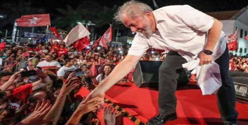 Ex-presidente Lula prossegue caravana pelo sul do Brasil .