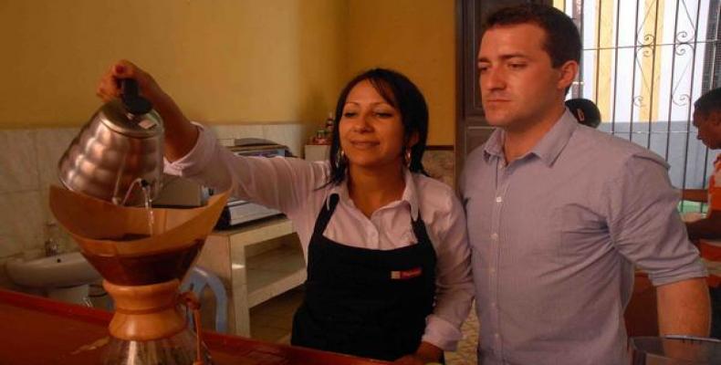 Gastronómica del Museo del Café y Jean Christopher Gallart, catador internacional de café de la corporación Franco-Belga Malongo. Foto: Miguel Rubiera