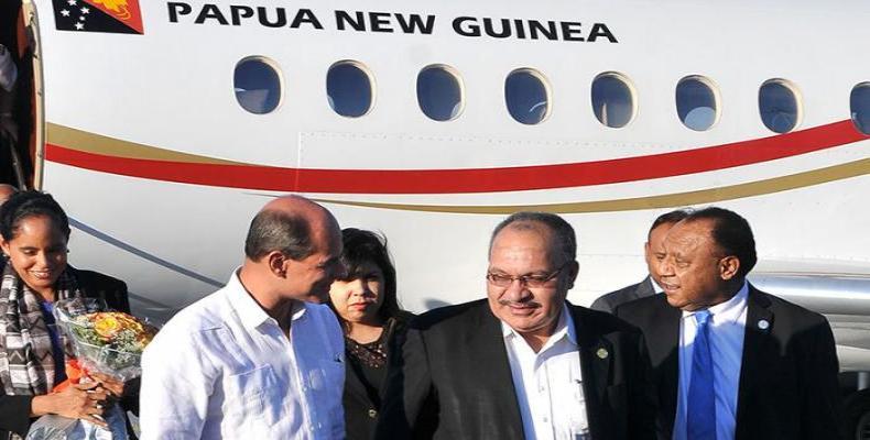 El primer ministro de Papua Nueva Guinea es recibido por vicecanciller cubano.  Foto:  Diario Granma