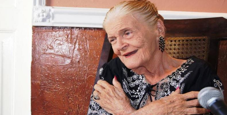 En la casona colonial de la Calzada de Tirry 81 le rindieron tributo a la Premio Nacional de Literatura intelectuales, artistas y habitantes de Matanzas.Foto:In