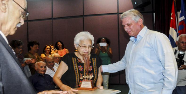 Susana Lee recibe el Premio Nacional de Periodismo José Martí 2016. Foto: Oriol de la Cruz / ACN