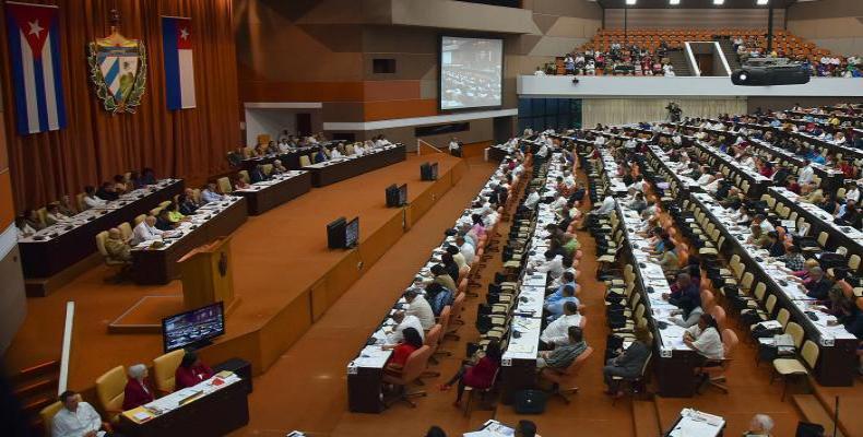 Parlamentarios reunidos en el Palacio de Convenciones de La Habana. Fotos: periódico Granma y Archivo