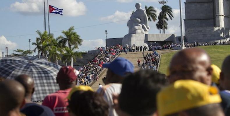 Largas filas en la Plaza para despedir al Comandante en Jefe.  Foto: Diario Granma