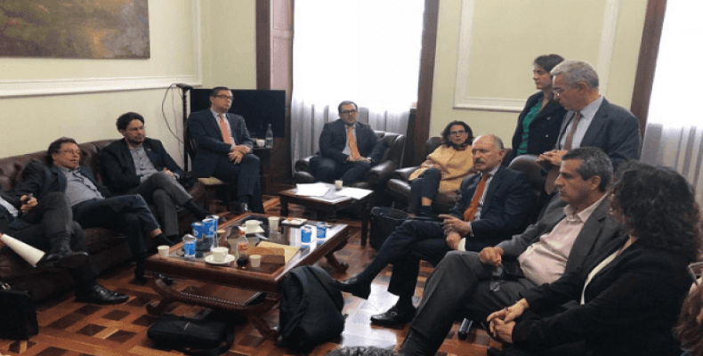 An historic meeting brought senator Uribe and former FARC guerrillas to the negotiating table over reforms to the JEP.  Photo: Twitter / @charry_manager