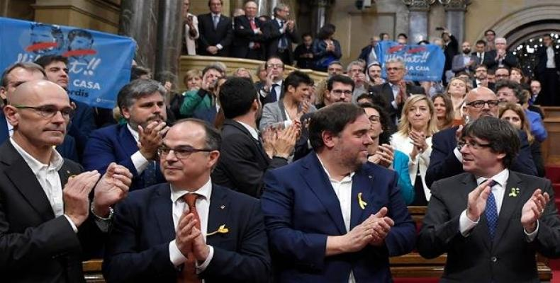 Photo taken on October 27, 2017 -- Catalan president Carles Puigdemont (R) , Oriol Junqueras (2R), Jordi Turull (3R) and Raul Romeva (L) applaud after Catalonia