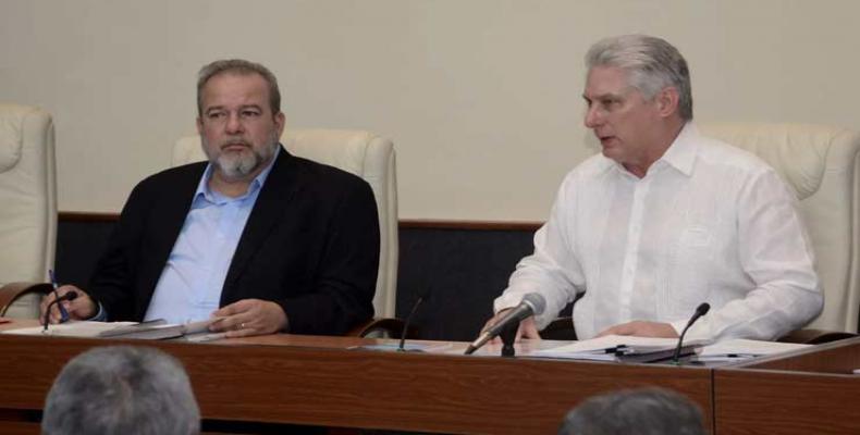 Díaz-Canel (D) y Marrero (I) chequearon el programa de producción de petróleo. Fotos PL y Archivo