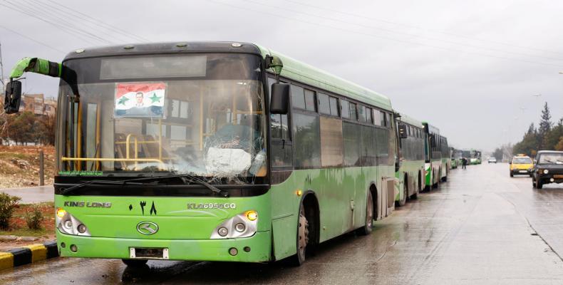 Ómnibus esperando a los evacuados en Alepo