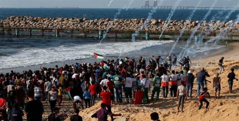Over 50 injured as Israeli forces use live fire to disperse Gaza protesters.  Photo: Reuters