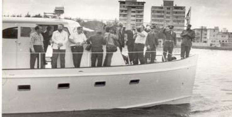 Fidel, Raúl y otros expedicionarios a bordo del Granma en 1974, durante su última travesía en la bahía de La Habana antes de ser preparado para exponerlo perma