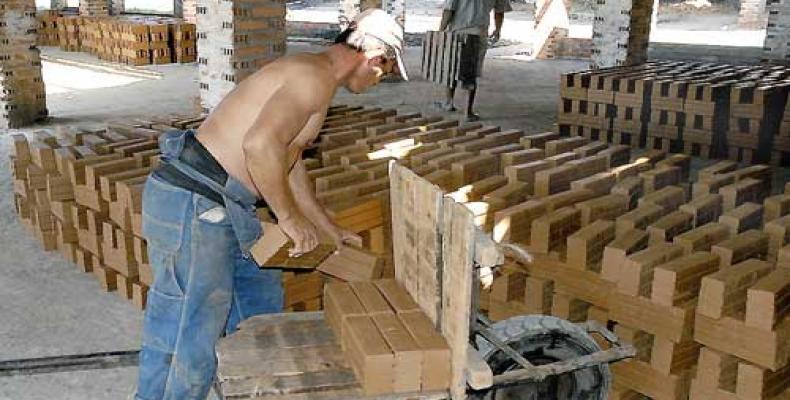 Más de 36 mil 970 damnificados por el huracán Irma en la provincia de Villa Clara se atendieron en los puntos de venta de materiales de la construcción.Foto:Arc