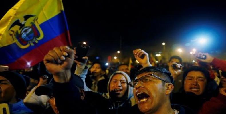 Ecuadoreans take to the streets to celebrate suspension of Decree 883.  (Photo: teleSUR)
