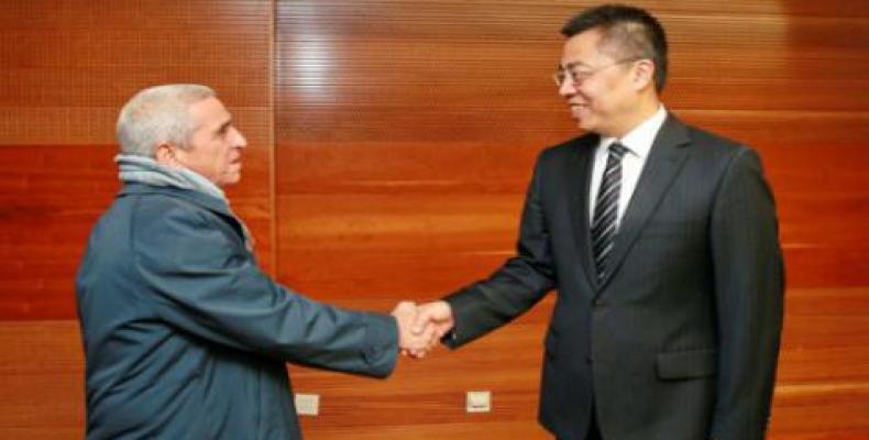 Alfredo López (I) dialoga con Zhang Xiangchen (D) en Beijing. Foto: Embacuba China