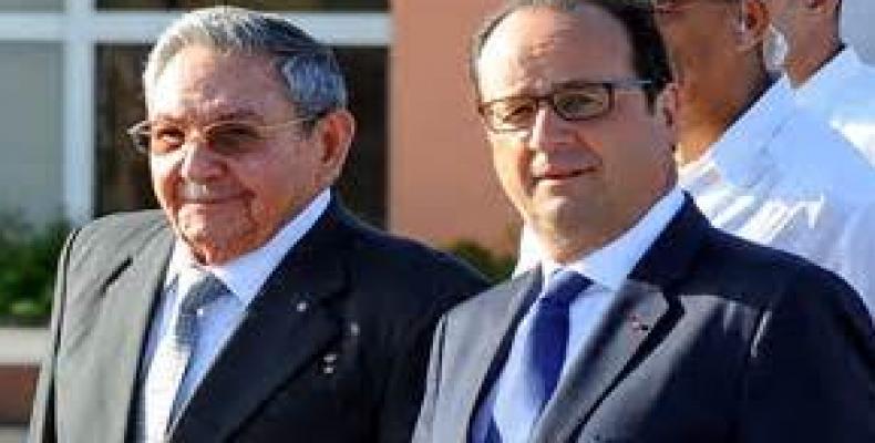 Raúl Castro y el presidente francés en París