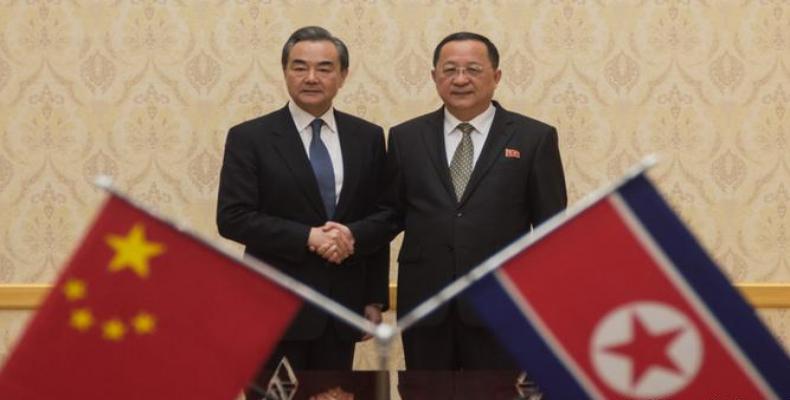 Wang Yi y Ri Yong Hu durante una reunión en Pyongyang. Foto/ DW