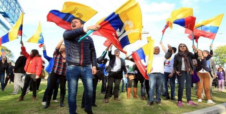 Colombian supporters of the peace agreement with FARC.  The peace process is facing many challenges, including the murder of social leaders.  Photo: EFE