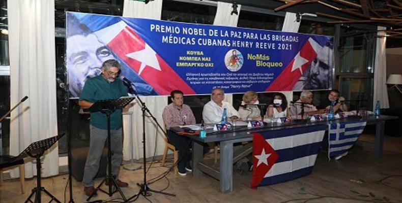 Los amigos griegos reconocen, con su firma, el altruismo de los médicos cubanos. Foto: Embajada de Cuba en Grecia