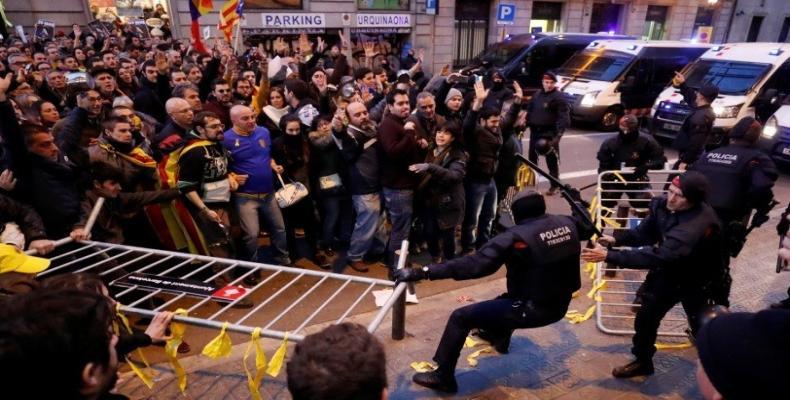 Más de 500 personas acudieron de forma pacífica a protestar y fueron fuertemente reprimidas por los Mossos d'Esquadra. Foto/Reuters
